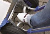Oś wygięta, ułatwia odchylenie obciążonego wózka.